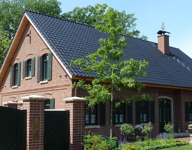 Single-family houses made of Wasserstrich light red shaded brick