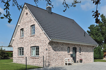 A single-family house with anthracite engobe Monzaplus roof tiles