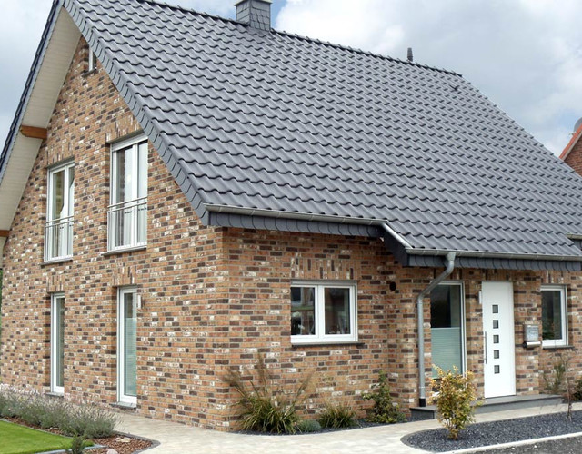 A single-family house covered with anthracite engobe Monzaplus roof tiles