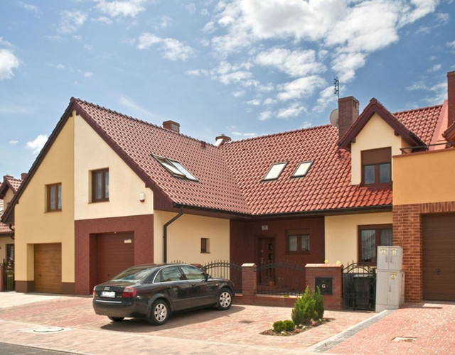 A multi-family house covered with chestnut engobe Monzaplus tiles