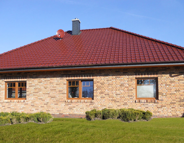 A single-family house covered with an engobe chestnut Piemont tile